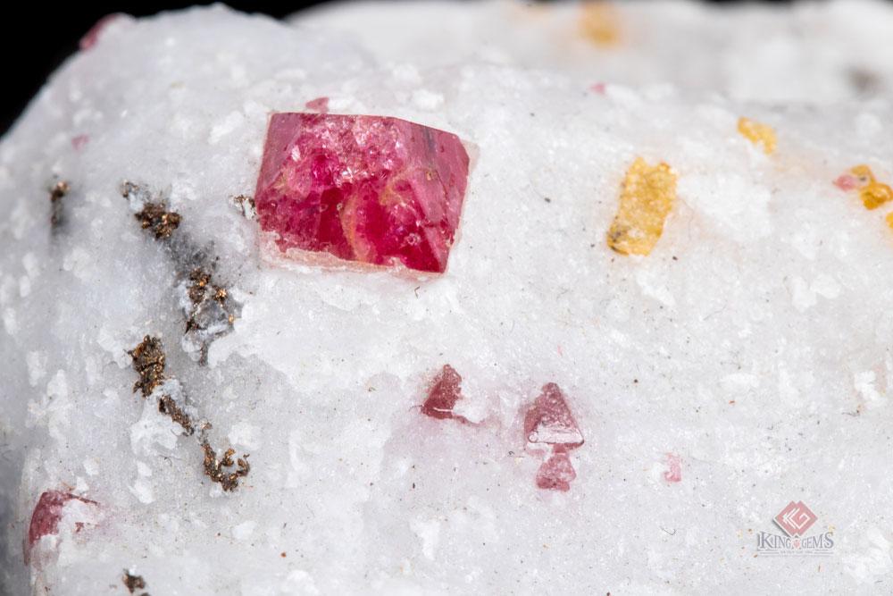 Các tinh thể Spinel nằm lẫn trong đá trắng