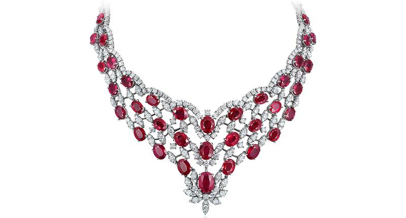 Một bộ dây chuyền đắt tiền được làm từ đá Ruby