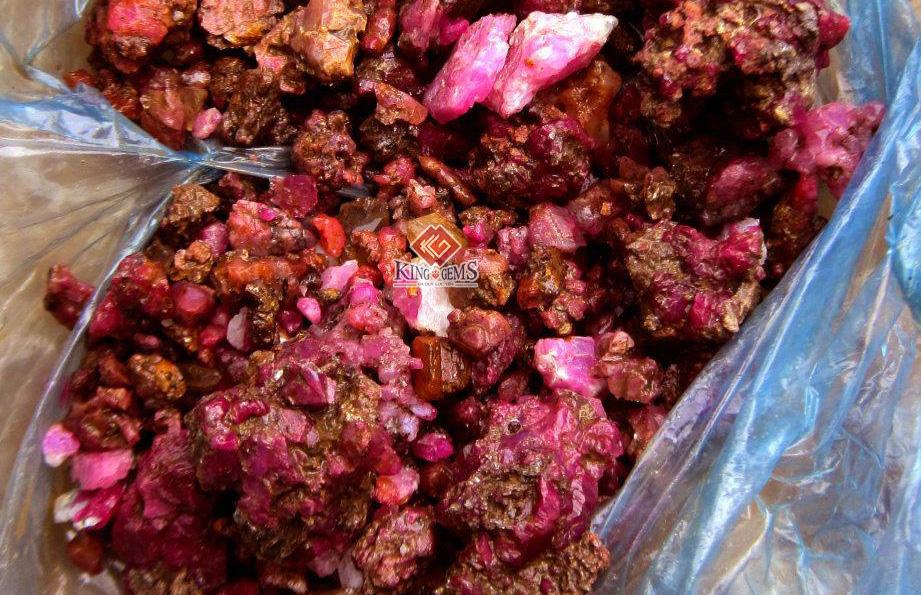 Tinh thể Ruby thiên nhiên được khai thác tại Lục Yên, Yên Bái