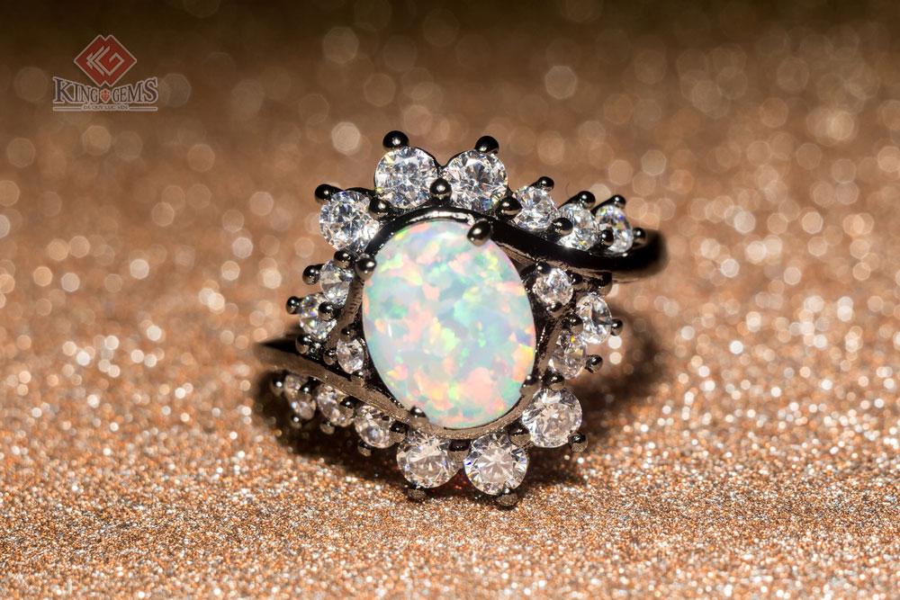 Một mẫu nhẫn được làm từ đá Opan