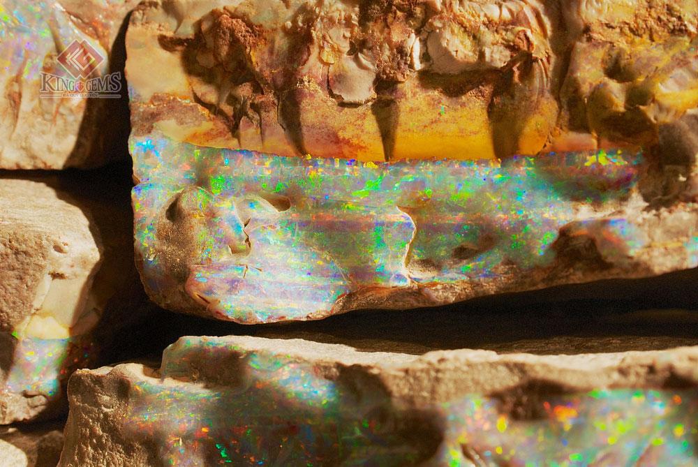 Khối Opal thô trong tự nhiên