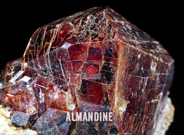 Almandine là một dòng của Garnet