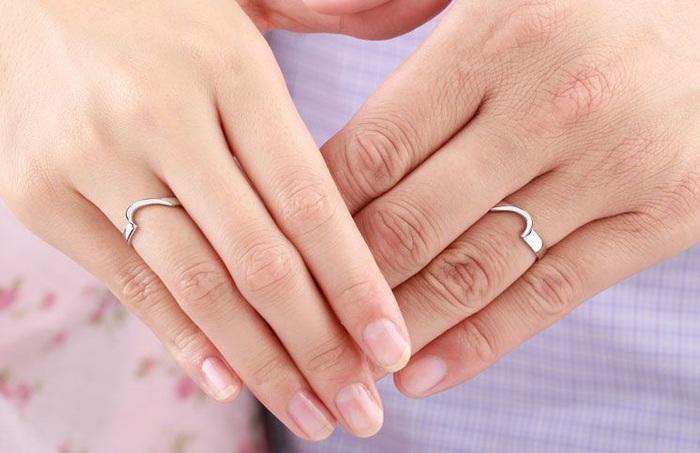 Đeo nhẫn ở ngón áp út cho thấy bạn đã đính hôn