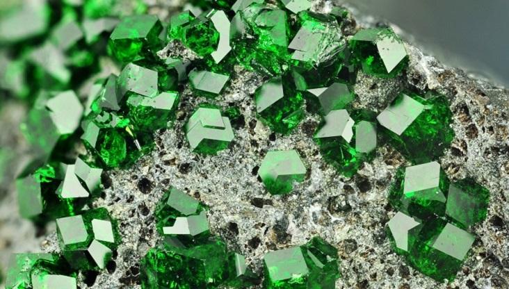đá Emerald hợp mệnh Mộc và mệnh Hỏa